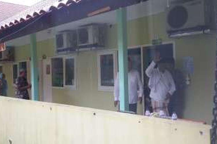 KH Hasyim Muzadi saat keluar dari ruang tempatnya dirawat untuk menyapa wartawan usai dijenguk oleh Wakil Presiden Jusuf Kalla di Rumah Sakit Lavalette Kota Malang, Senin (16/1/2017)