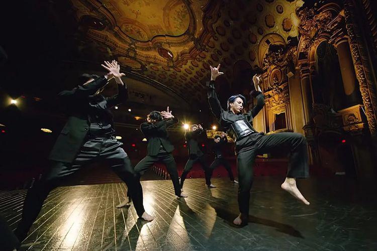 Jimin BTS di video klip Black Swan.