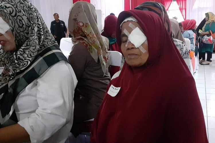 Darsih (71) memejamkan mata untuk mengalihkan perih pasca operasi katarak gratis di RS. Bhayangkara Sartika Asih Bandung yang diselenggarakan SDM Polri dan Sido Muncul.