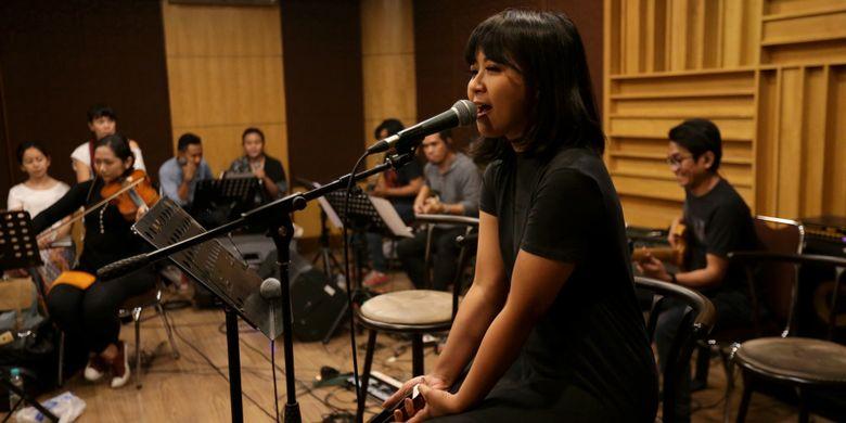 Penyanyi Astrid Sartiasari berlatih menjelang konser Musika Foresta di Jakarta, Jumat (12/5/2017). Konser Musika Foresta akan digelar di Balai Sarbini Sabtu, 13 Mei besok.