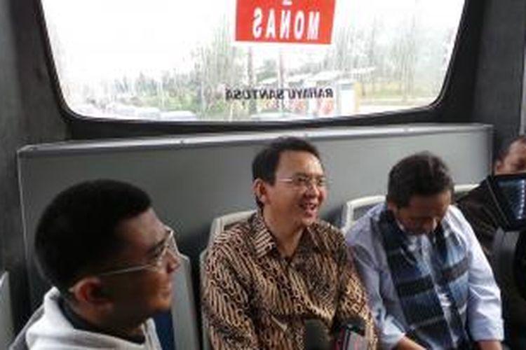 Wakil Gubernur DKI Jakarta Basuki Tjahaja Purnama saat menumpangi BKTB (bus kota terintegrasi busway) pada penerapan one day no car, Jumat (7/2/2014).