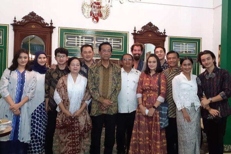 Sri sultan hamengku buwono X berfoto bersama para pemain film Bumi Manusia di Keraton Yogyakarta, Selasa (13/8/2019).