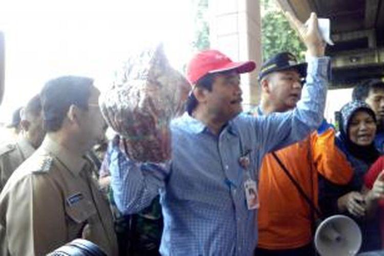 Wakil Gubernur DKI Jakarta Djarot Syaiful Hidayat mengunjungi korban kebakaran di Stasiun Sawah Besar, Selasa (24/2/2015).