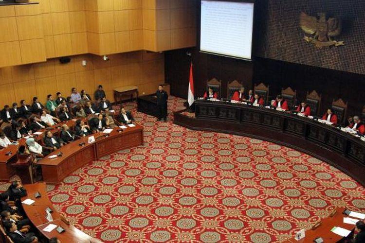 Majelis Hakim Mahkamah Konstitusi (MK) yang dipimpin Hamdan Zoelva melakukan sidang putusan uji materi (judicial review) Undang-Undang Nomor 42 Tahun 2008 tentang Pemilihan Presiden dan Wakil Presiden yang diajukan Effendi Ghazali, di gedung MK, Jakarta Pusat, Kamis (23/1/2014). Dalam sidang itu, MK mengabulkan permohonan Koalisi Masyarakat Sipil yang diwakili Effendi Ghazali bahwa pemilu legislatif dan pemilu presiden dilakukan serentak namun dilaksanakan pada tahun 2019 karena waktu penyelenggaraan Pemilu 2014 yang sudah sangat dekat dan terjadwal. TRIBUNNEWS/HERUDIN