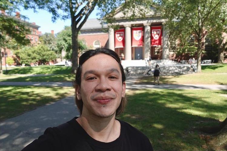 Artis dan pengusaha Jordi Onsu berswafoto di kampusnya, Harvard Business School di Boston, AS.
