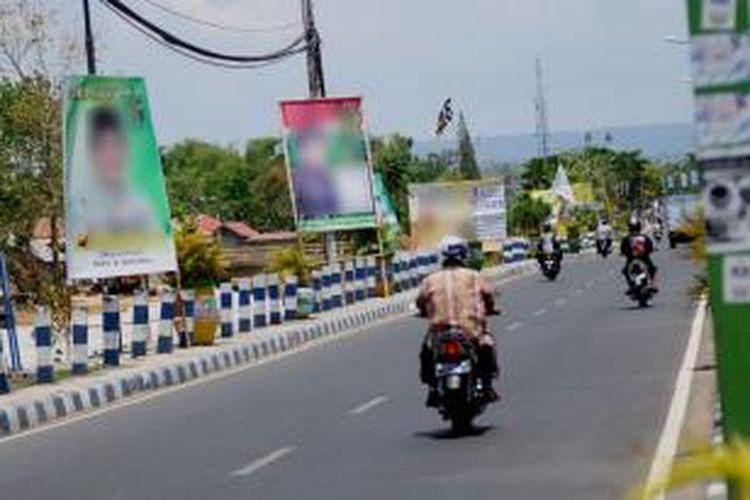 Alat peraga kampanye di jalan protokol kota Pamekasan semakin menjamur dan belum ada penertiban sama sekali dari Panwaslu setempat.