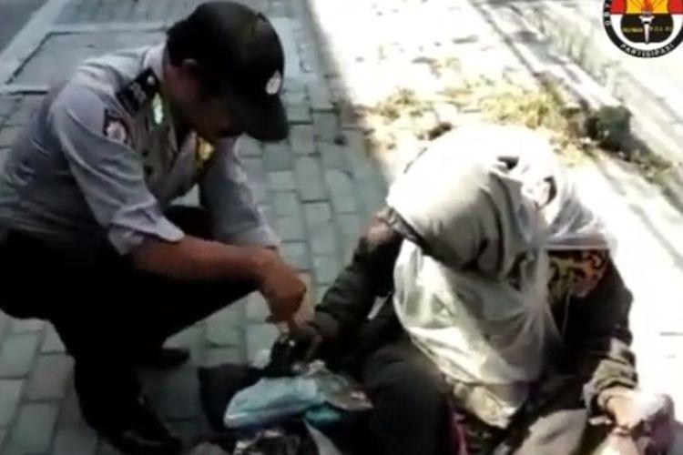 Anggota Polsek Jogonalan, Klaten, Jawa Tengah mempertemukan anggota keluarga yang telah 13 tahun terpisah di Klaten, Jawa Tengah, Sabtu (15/6/2019).