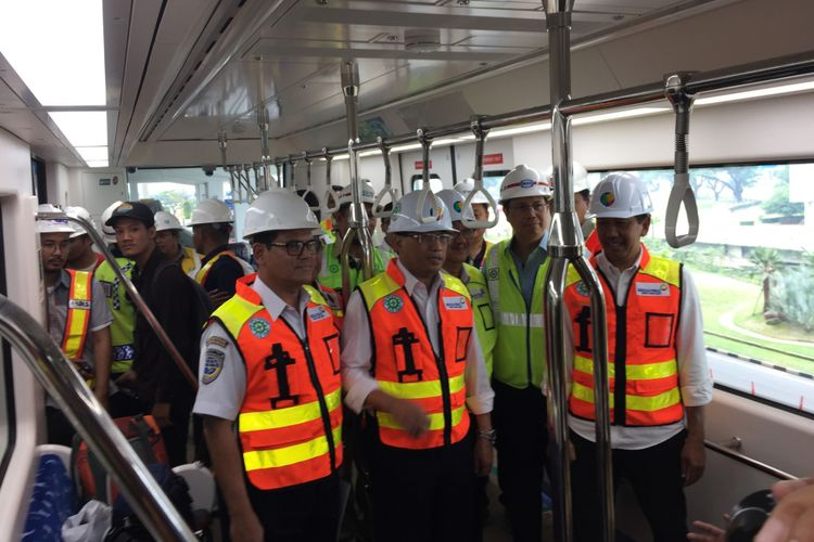 Menteri Perhubungan Budi Karya Sumadi bersama Direktur Utama PT Angkasa Pura II Muhammad Awaluddin meninjau kereta tanpa awak atau skytrain di Terminal 3 Bandara Soekarno-Hatta, Tangerang, Selasa (15/8/2017).