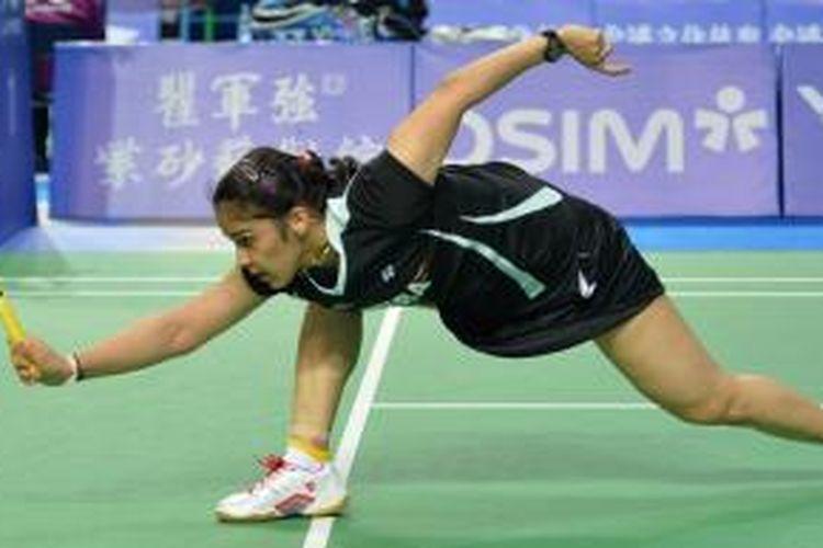 Pebulu tangkis India, Saina Nehwal berusaha mengembalikan kok dari pemain China, Yun Su, pada babak kedua China Open Superseries Premier 2013 di Shanghai, Kamis (14/11/2013). Nehwal kalah 21-16, 15-21, 17-21.