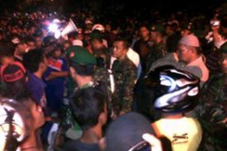 Ribuan warga berunjuk rasa di halaman depan Polres Baubau, mendesak polisi bertanggung jawab atas kematian Aslin Zalim yang diduga disiksa polisi hingga meninggal.