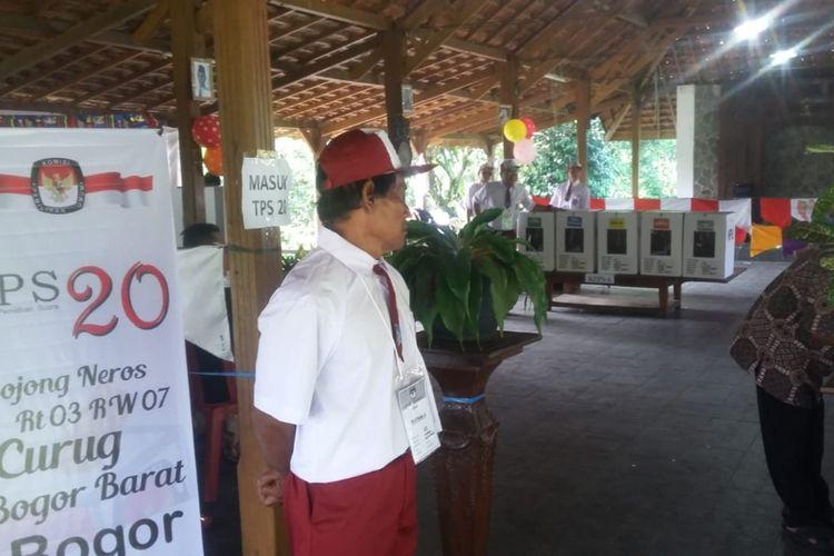 Salah satu petugas di TPS 20 RT 03 RW 07, Kampung Bojong Neros, Kelurahan Curug, Kecamatan Tanah Sareal, Kota Bogor, mengenakan seragam SD di hari pencoblosan, Rabu (17/4/2019).