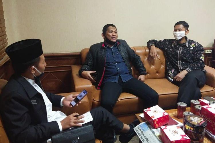 Anggota DPRD Fraksi PKS Didik Hermawan (tengah) saat dimintai klarifikasi di Gedung DPRD Solo, Jawa Tengah, Kamis (30/7/2020).