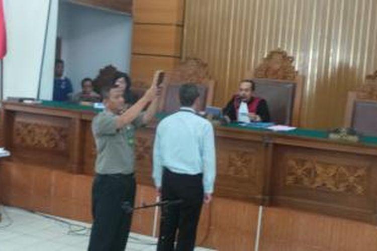Penyelidik aktif Komisi Pemberantasan Korupsi, Iguh Sipurba, disumpah sebagai saksi dalam sidang praperadilan Komjen Budi Gunawan di Pengadilan Negeri Jakarta Selatan, Kamis (12/2/2015).