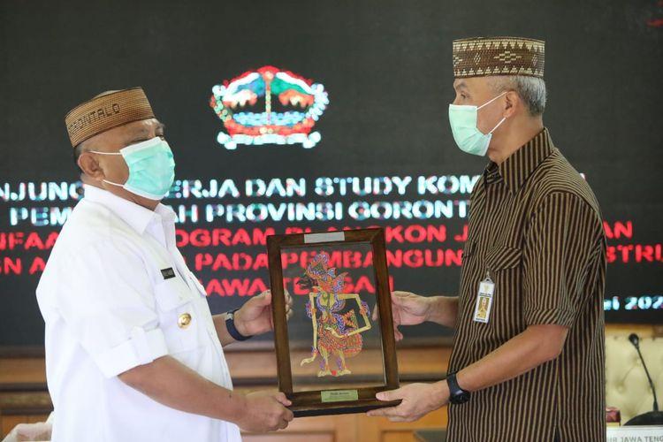 Gubernur Gorontalo Rusli Habibie saat mengunjungi Gubernur Jawa Tengah Ganjar Pranowo di Kota Semarang, Selasa (25/5/2021).