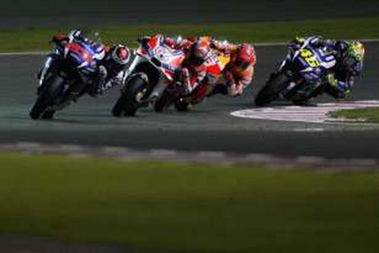 Para pebalap MotoGP, Jorge Lorenzo, Andrea Dovizioso, Marc Marquez, dan Valentino Rossi, bersaing pada balapan GP Qatar di Sirkuit Losail, Minggu (20/3/2016).