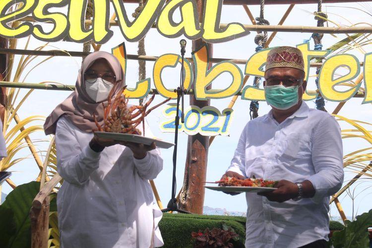 Salah satu sajian kuliner olahan lobster dalam acara Festival Lobster di Pantai Mustika, Kecamatan Pesanggaran, Minggu (4/4/2021).