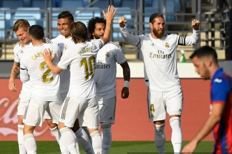 Pemain Real Madrid merayakan gol Toni Kroos ke gawang Eibar. Real Madrid bertanding dengan Eibar pada lanjutan pekan ke-28 LaLiga di Estadio Alfredo Di Stefano, Senin (15/6/2020) dini hari WIB.