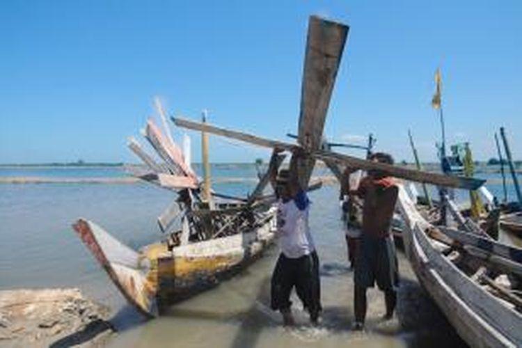 Kincir angin milik petani garam di Desa Pandan, Kecamatan Galis, Pamekasan, dicabuti petani garam lainnya karena rebutan laham garam, Senin (26/8/2013).