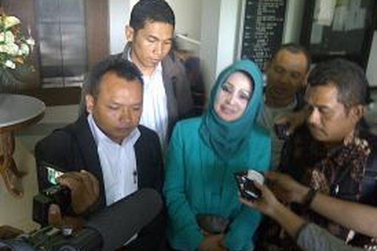 Mantan Bupati Karanganyar Rina Iriani Sri Ratnaningsih didampingi para pengacara usai menjalani pemeriksaan sebagai tersangka untuk yang ketiga kalinya di Kantor Kejaksaan Tinggi Jawa Tengah, Rabu (8/1/2014)