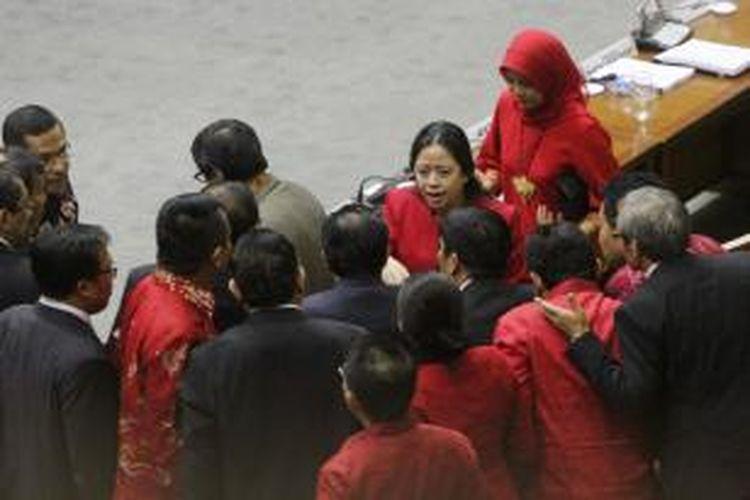 Ketua Fraksi PDIP, Puan Maharani memimpin konsolidasi anggota DPR Fraksi PDIP sesaat sebelum voting pengesahan RUU Pilkada di Kompleks Parlemen Senayan, Jakarta Pusat, Jumat (26/9/2014). Voting tersebut menghasilkan pilkada dikembalikan lewat DPRD. Hasil menunjukkan sebanyak 226 anggota dewan memilih pilkada lewat pilihan DPRD, dan 135 orang memilih pilkada langsung, dari total yang mengikuti voting sebanyak 361 orang. TRIBUNNEWS/HERUDIN