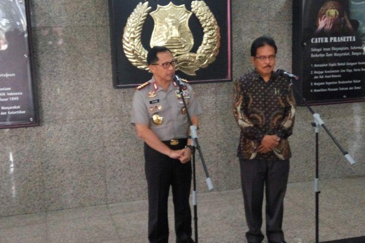Kepala Kepolisian RI Jenderal Polisi Tito Karnavian bersama Menteri Agraria dan Tata Ruang/Badan Pertanahan Nasional (ATR/BPN) Sofyan Djalil dalam konfrensi pers usai penandatanganan Memorandum of Understanding (MoU) terkait perbaikan pelayanan sertifikasi tanah yang digelar di Mabes Polri, Jakarta Selatan, Jumat (17/3/2017).