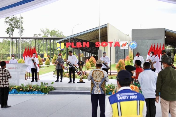 Indonesia's President Joko Widodo officially inaugurates a cross-border post in Sota district, Merauke between Indonesia and Papua New Guinea on Sunday, October 3. Accompanying him is Home Affairs Minister Tito Karnavian.