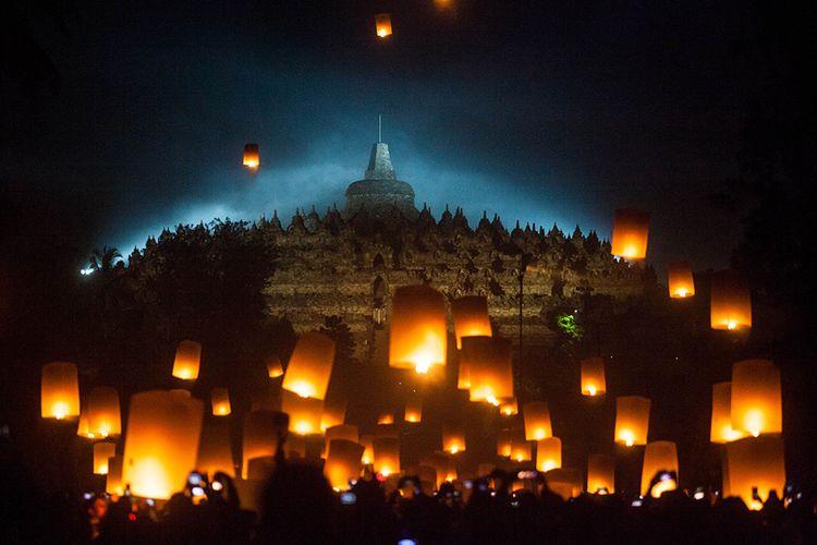 Pengunjung menerbangkan lampion perdamaian saat perayaan Waisak 2563 BE/2019 di Taman Lubini, Candi Borobudur, Magelang, Jawa Tengah, Minggu (19/5/2019). Pelepasan ribuan lampion itu merupakan simbol perdamaian serta menjadi rangkaian perayaan Tri Suci Waisak.