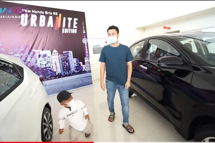 Raffi Ahmad dan Ucok Baba saat memilih mobil baru yang hendak dibeli