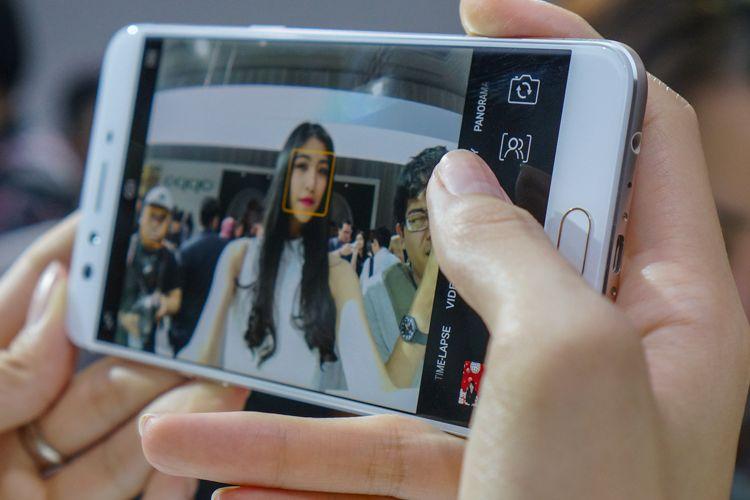 Di antarmuka aplikasi kamera F3 Plus terdapat sebuah icon untuk memilih kamera depan mana yang diaktifkan letaknya persis di sebelah kanan tombol shutter (atau di atasnya, ketika ponsel dalam orientasi landscape), sebelum tombol panorama.