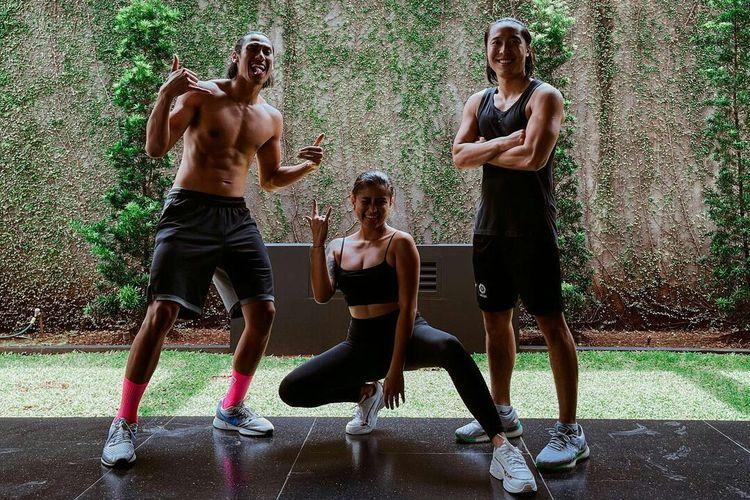 Arthur Irawan (kanan) membentuk Athletes for Good (AFG), gerakan sosial bersama Karin Novilda (tengah) dan pembalap sepeda Sean Gelael (kiri).
