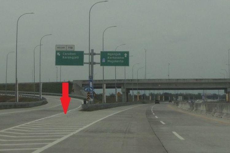 Ilustrasi marka chevron di percabangan jalan tol.