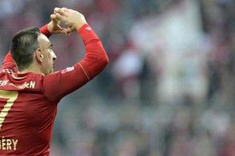 Selebrasi Gelandang Bayern Muenchen, Franck Ribery, usai mencetak gol ke gawang Eintracht Frankfurt, Sabtu (10/11/2012).
