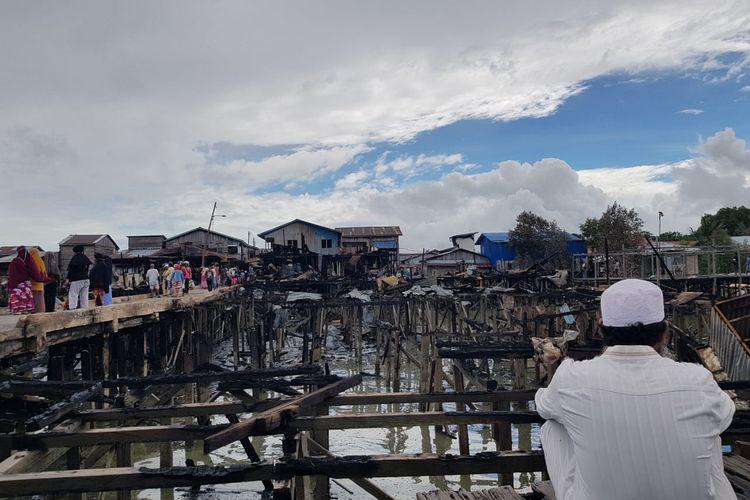 Warga korban kebakaran dermaga Inhutani Nunukan tangah menatap sedih bekas bekas puing rumahnya, kebakaran yang terjadi Minggu 10 Januari 2021 diperkirakan menghanguskan lebih 60 bangunan termasuk fasilitas umum