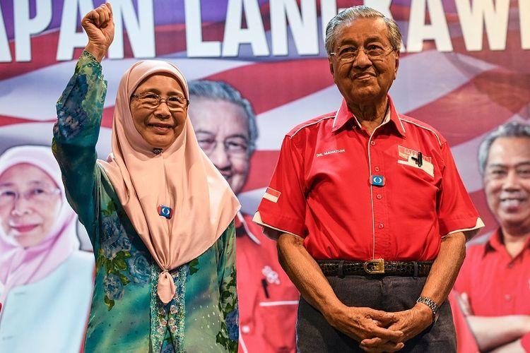 Dalam foto yang dirilis pada 15 April 2018 ini, terlihat Wan Azizah, istri pemimpin oposisi Anwar Ibrahim bersama mantan PM Mahathir Mohamad dalam sebuah kampanye di pulau wisata Langkawi.