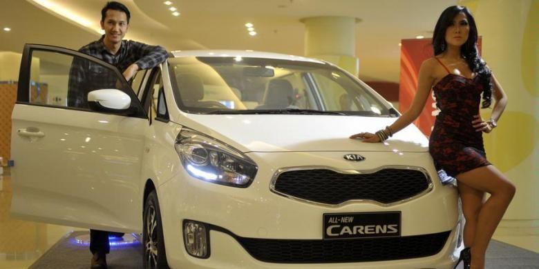 PT KIA Mobil Indonesia mengenalkan All New Carens untuk media di Jakarta, Rabu (29/5/2013). Kendaraan keluarga ini mengusung mesin generasi baru NU 2.0L DOHC Dual CVVT dengan pilihan transmisi manual dan matik. Untuk varian manual akan dibanderol dengan harga dibawah Rp 250 juta.