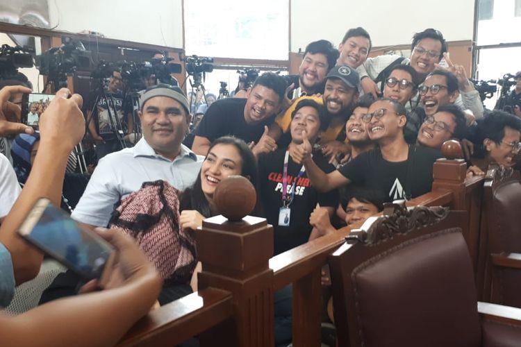 Atiqah Hasiholan berfoto bersama awak media di Pengadilan Negeri Jakarta Selatan, Ampera, Cilandak, Kamis (11/7/2019) untuk mendampingi ibunya Ratna Sarumpaet menjalani sidang putusan kasus penyebaran berita bohong atau hoaks.