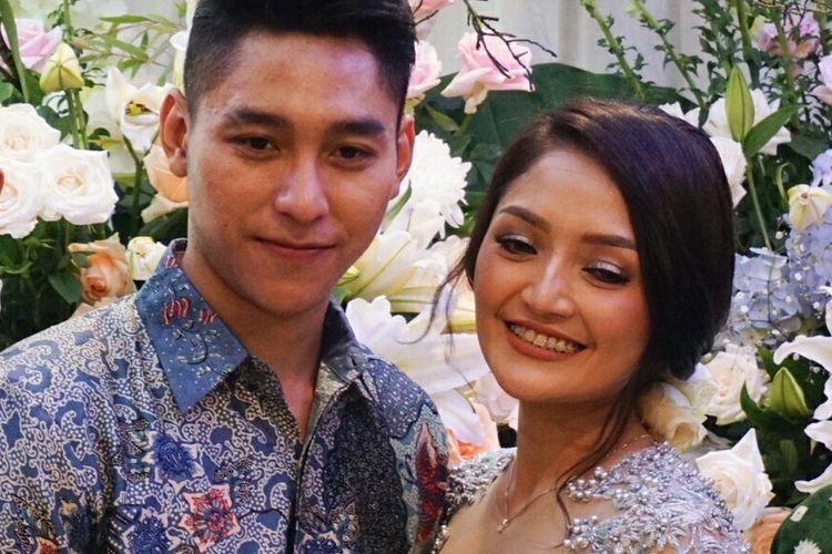 Penyanyi dangdut Siti Badriah dan Krisjiana Baharudin saat melangsungkan lamaran di Kembang Kencur, Pejaten, Jakarta Selatan pada Kamis (21/3/2019).