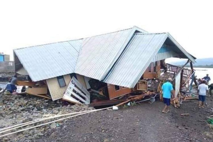 Kondisi rumah warga roboh akibat diterjang angin puting beliung yang terjadi di Kabupaten Sumbawa, NTB, Senin (9/11/2020).
