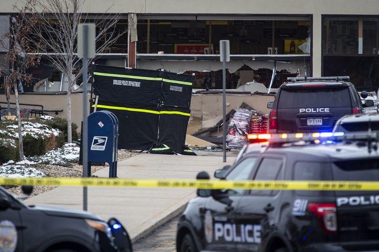 Polisi mendatangi lokasi kejadian setelah terjadi penembakan di toko kelontong King Sooper's, kota Boulder, negara bagian Colorado, Amerika Serikat, Senin (22/3/2021). Sebanyak 10 orang termasuk polisi tewas dalam insiden ini.