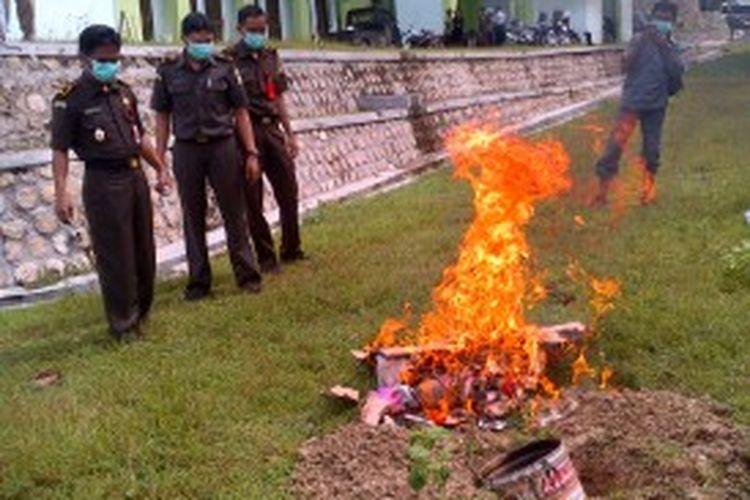Staf Kejaksaan Negeri Pamekasan, memusnahkan narkoba hasil rampasan selama kurun waktu tahun 2012-2013, Kamis (4/7/2013).