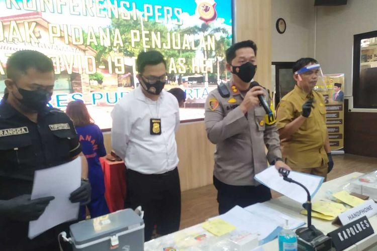 Kapolres Purwakarta AKBP Suhardi Hery Haryanto dan jajaran saat memberikan keterangan pers soal pengungkapan penjualan obat terapi Covid-19 di atas HET di Mapolres Purwakarta, Senin (20/9/2021).