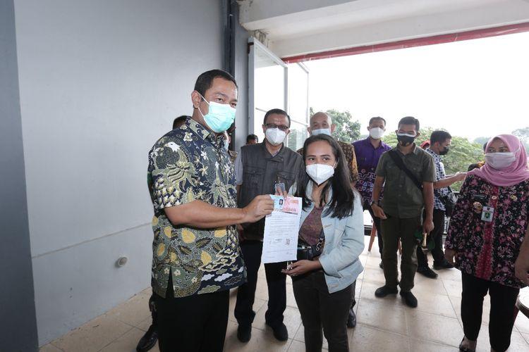 Wali Kota (Walkot) Semarang Hendrar Prihadi (Hendi) menerangkan bahwa metode pembagian bantuan sosial tunia (BST) di Kota Semarang akan dikombinasikan dengan program vaksinasi Covid-19.