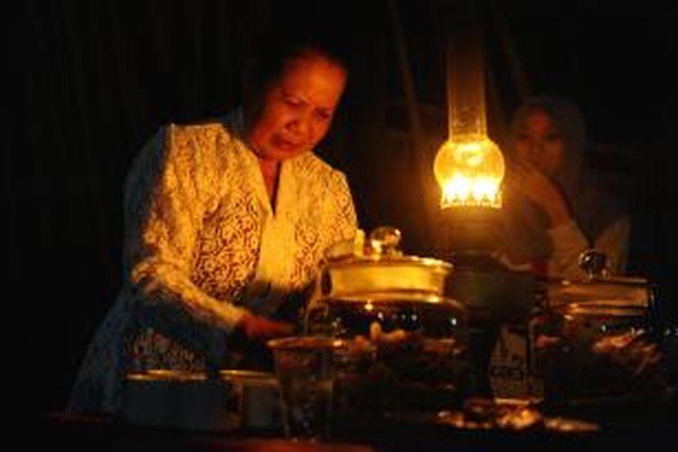 Masyarakat Desa Kemiren di Banyuwangi, Jatim, menyuguhkan kopi secara gratis pada Festival Ngopi Sepuluh Ewu yang digelar Selasa (20/10/2015) malam.