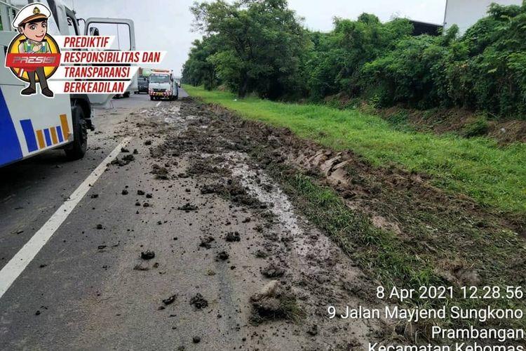 Kondisi bahu jalan seusai lakalantas antara bus dengan tractor head di jalan tol Kebomas kilometer 13 akibat bus menyalip lewat bahu jalan.