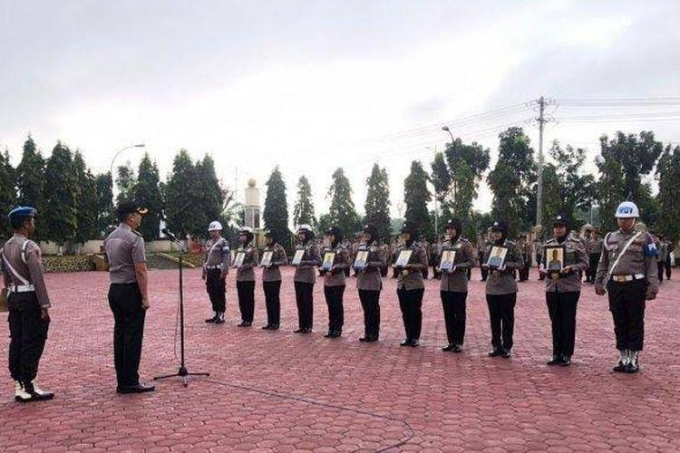 Kapolres Aceh Tamiang AKBP Zulnir Destrian memimpin upacara pemberhentian sembilan polisi dengan tidak hormat di halaman Mapolres Aceh Tamiang, Selasa (10/12/2019).
