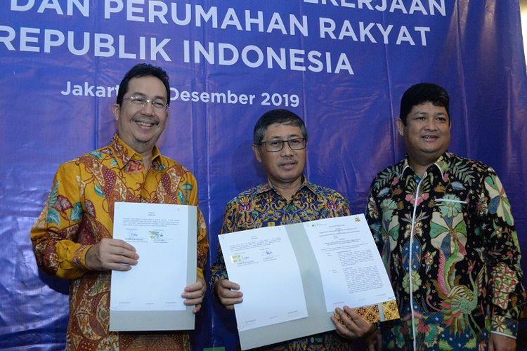 (Dari kiri ke kanan) Direktur Kepesertaan BP Jamsostek E Ilyas Lubis, Direktur Jenderal Bina Konstruksi Syarif Burhanuddin, dan Deputi Direktur Bidang Kepesertaan Korporasi BP Jamsostek Zainudin