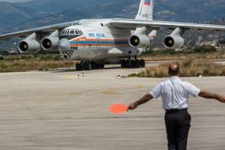 Pesawat terbang Rusia yang dikatakan mengangkut bantuan mendarat di Latakia, Suriah.