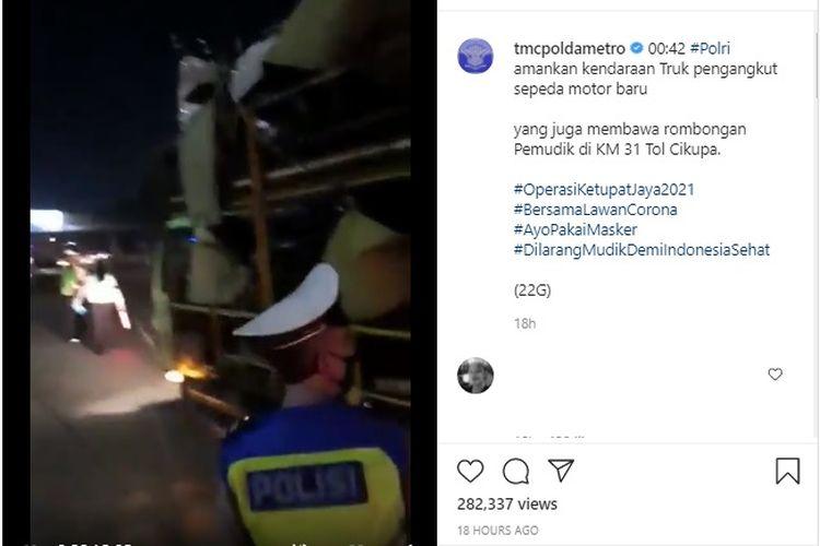 Pemudik nekat naik truk pengangkut motor terjaring razia di Tol Cikupa.