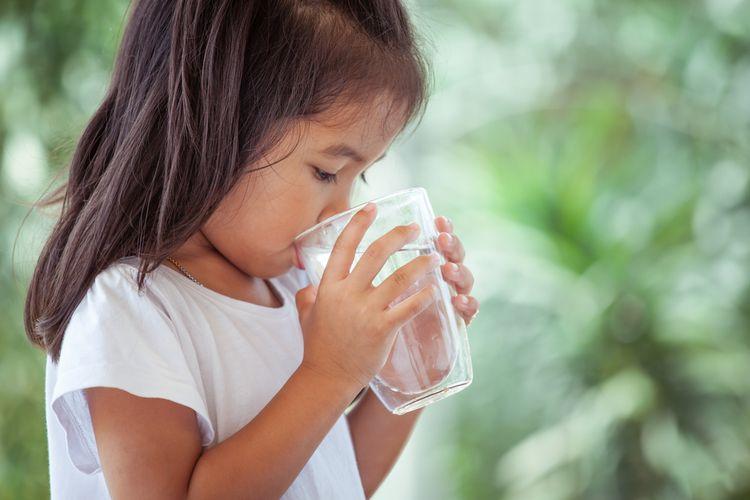 Ilustrasi anak minum air