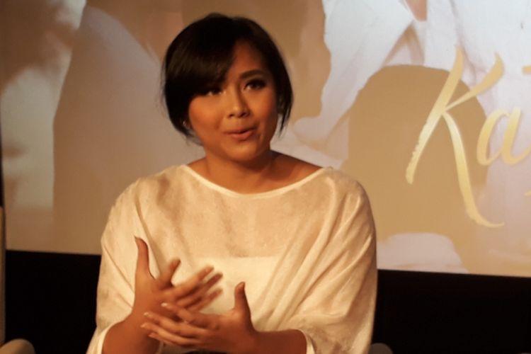 Gita Gutawa diwawancara sesudah acara peluncuran trailer dan soundtrack film Kartini di Djakarta Theater XXI, Jakarta Pusat, Selasa (21/3/2017).
